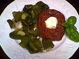 steak : Assiette de steak haché au concombre et poivrons