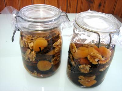 Image : Conserves de fruits à l'alcool - Bocaux de quetsches à l'eau de vie