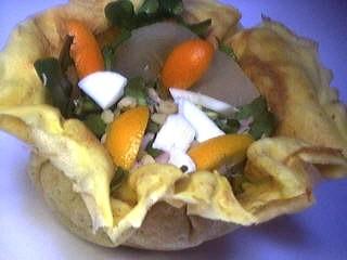 Image : Crêpes et ses décorations - Crêpe en forme de bol farcie d'une salade