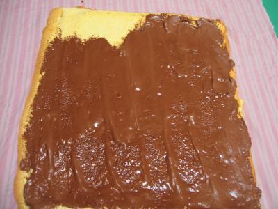 Recouvrir le biscuit de crème au chocolat