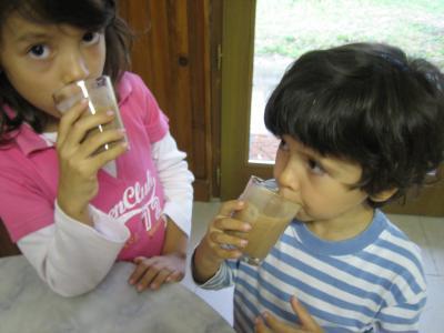 Image : Lait de poule - Mégane et Maud boivent leur lait de poule