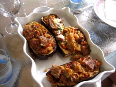 farcis : Plat d'aubergines farcies et sa sauce au yaourt