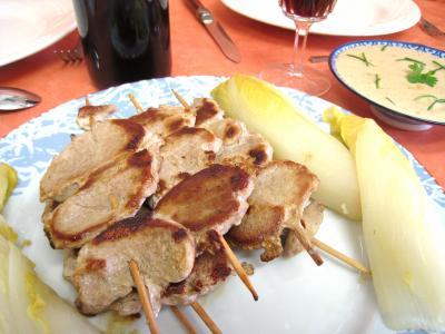 sauce tamari : Assiette de brochettes de porc aux enfives et sa sauce aux noix de cajou