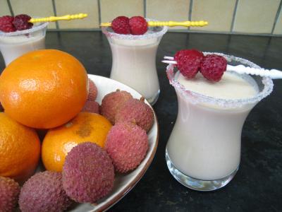 liqueur de framboise : Verres de cocktail de crème de framboises et litchis