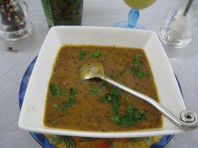 cornichon vinaigre : Ramequin de sauce sainte-Ménéhould à la tomate
