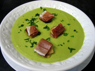 bouillon : Assiette de soupe froide aux petits pois