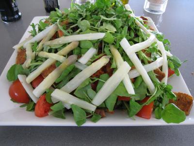 Image : Assiette de salade d'asperges et crudités