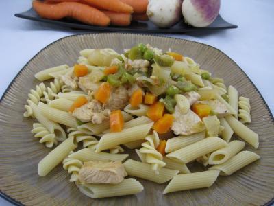 Photo : Pâtes complètes aux carottes et légumes pour personnes diabétiques
