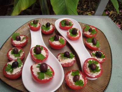 hors-d'oeuvre : Assiette de tomates cerises apéritives