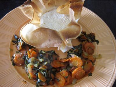 feuille de brick : Assiette avec camembert farci à la confiture de cerises
