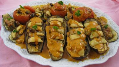 Sauce tomates aux olives : Assiette d'aubergines et légumes farcis