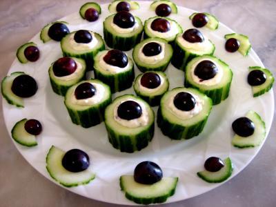 Image : Bouchées - Une assiette de bouchées au concombre et au roquefort.