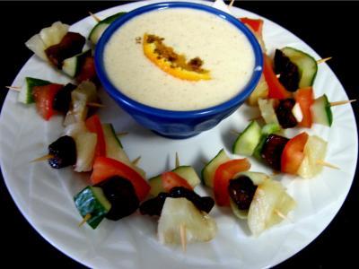 sauce au yaourt : Assiette de brochettes à l'ananas minceur et sa sauce