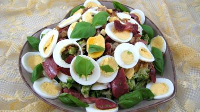 vinaigre blanc : Assiette de brocolis aux oeufs en salade