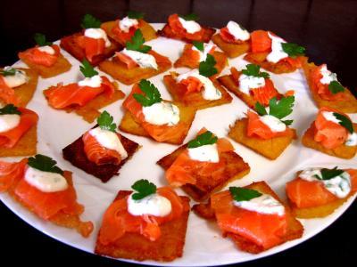 Image : Assiette de canapés de polenta au saumon fumé