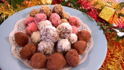 Image : Truffes en chocolat - Truffes au chocolat, noix de coco et praline rouge