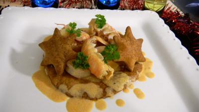 fumet de poisson : Assiette de feuilletés de langoustines et crevettes