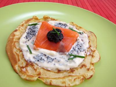 entrée à base de poisson : Assiette avec un blinis de saumon fumé
