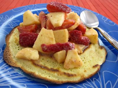 Image : Dans l'assiette un blinis avec une salade de fraises et de fruits