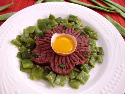 plat complet : Assiette de tartare de boeuf aux haricots plats