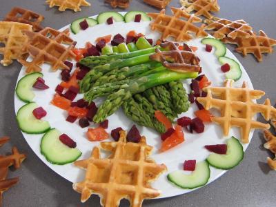 Image : Assiette d'asperges et de gaufrettes au chorizo
