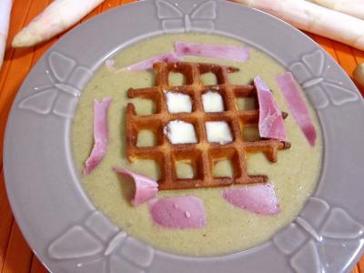 lait noisette : Assiette de mâche en velouté et sa gaufrette à la mozzarella