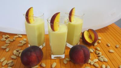 boisson alcoolisée : Verres de lait d'amandes aux pêches