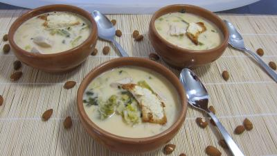 Soupes &amp; potages : Bols de soupe de poulet au lait d&#39;amandes et de noix de coco